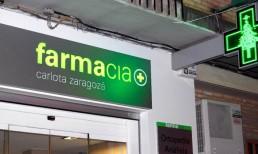 Rótulo de acero con textos calados y cruz de farmacia, todo iluminado mediante leds by Aplikados